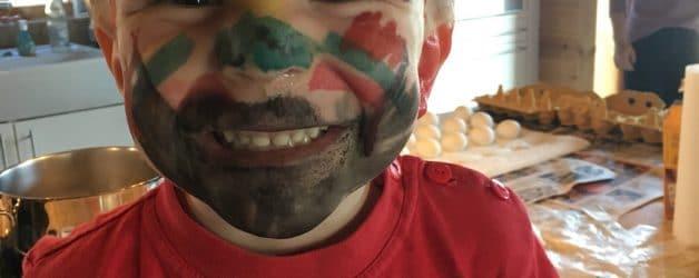 Kind mit Bemalung im Gesicht