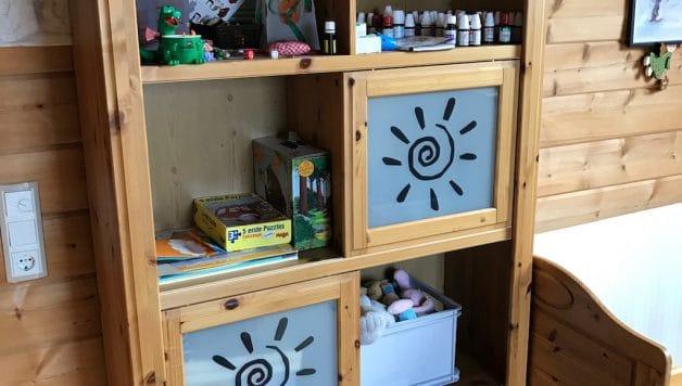 Regal mit Glaseinsatz im Kinderzimmer