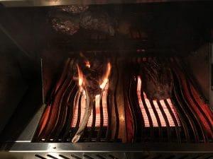 Tomahawk Steak und Kalbsfilet vom Gasgrill