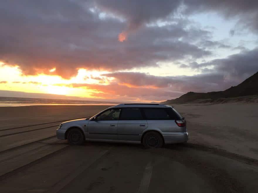 Sonnenuntergang in Neuseeland auf Rundreise am Strand